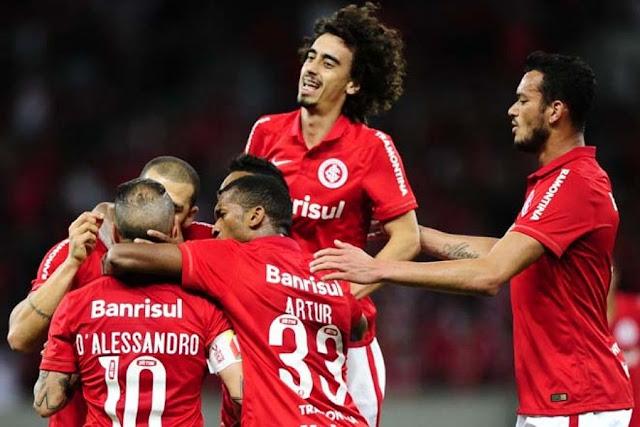 Jogadores encobrem Nilton, autor do único gol do jogo no Beira-Rio (Foto: Ricardo Duarte)