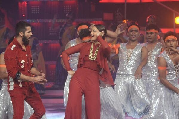 Shradha, Sonakshi & Shahid Kapoor Performs at ‪Miss India 2014‬!
