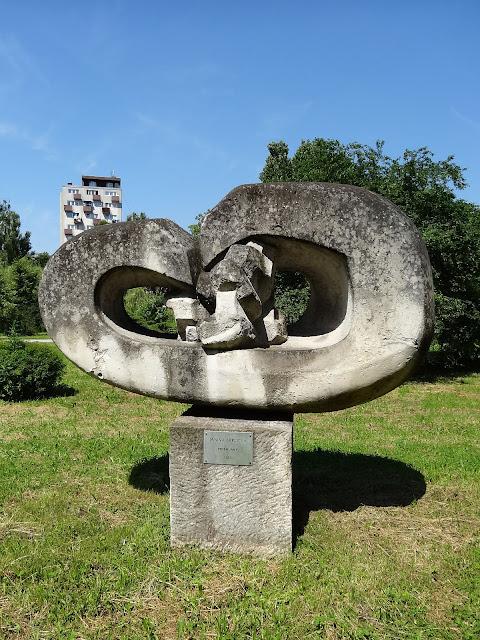 Rzeźba Janiny Barcickiej Przemijanie na skwerze Harcerskim