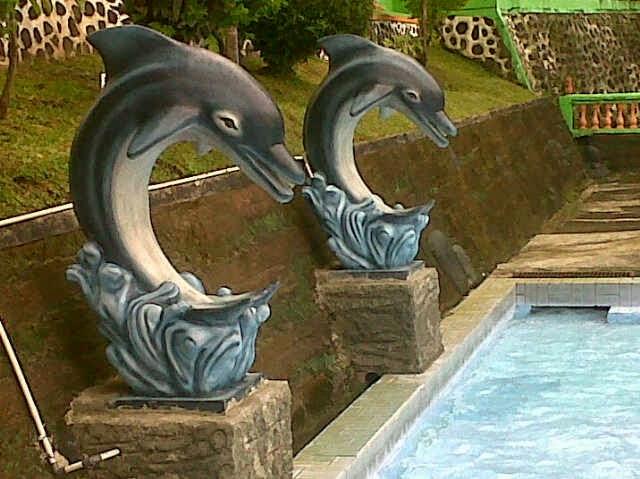 patung dolphin lumba-lumba