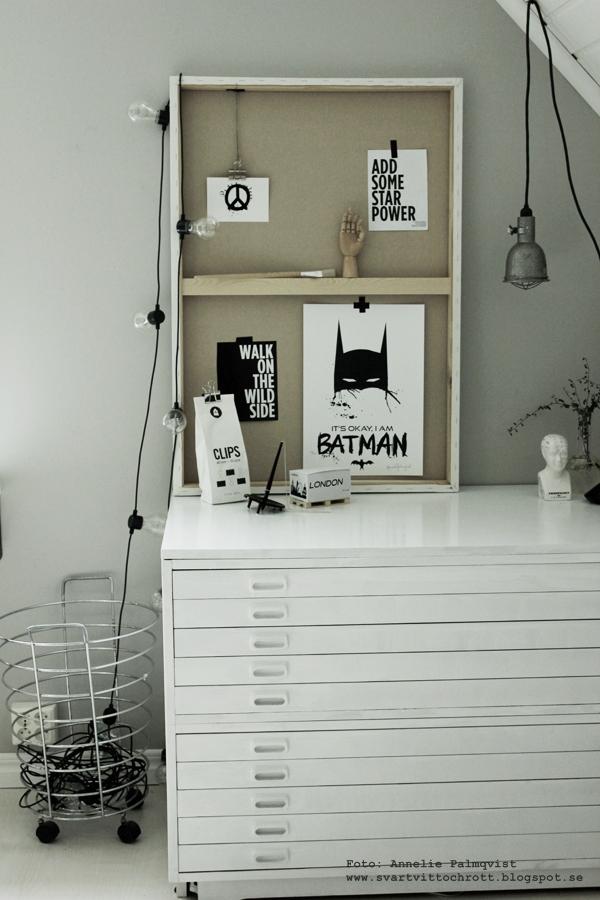 canvastavla som display, canvas, canvastavlor, tavla, tavlor, batman, batmantavla, batmantavlor, barntavla, barntavlor, poster, posters, print, prints, på väggen, svart och vitt, svartvita, svartvit, svartvitt, svart och vitt, vitt, vit, vita, svart, svarta, grått, gråmålad vägg, bygglampa, hängande lampa, arkivskåp, vykort, webbutik, webshop, webbutiker, varberg, nettbutikk, nettbutikker, inredning, inredningsblogg, blogg, bloggar, konsttryck, artprint, artprints, konst, memoblock, clips, klämmor, grafiskt, grafiska, block på lastpall, lastpallar, mini lastpall, miniatyrlastpall, miniatyr, lastpall som glasunderlägg,
