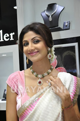 Shilpa Shetty inaugurates PC jewellery showroom in Mangalore