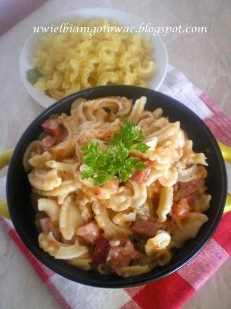 Makaron z kiełbasą, żółtym serem i sosem słodko-kwaśnym