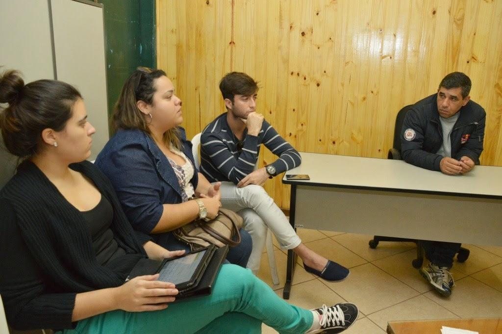 Os universitários Vanessa Vazquez, Nathalia Santos e Murilo Fernandes, se reúnem com o secretário de Esportes, Luiz Carlos Oliveira, e elogiam a estrutura esportiva da cidade