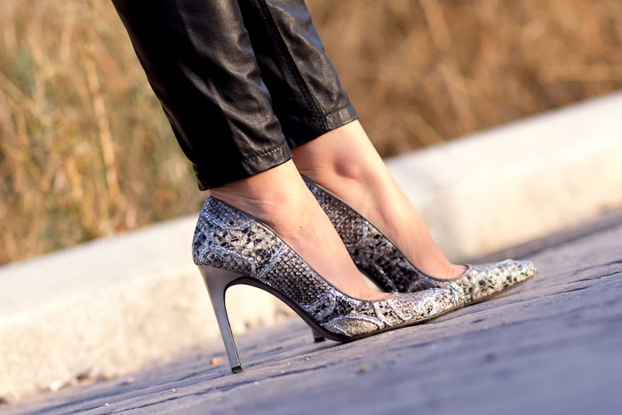 Stilettos en piel grabada de pitón con glitter de Joaquim Ferrer