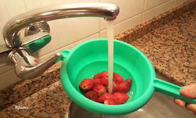 lavamos las fresas con agua