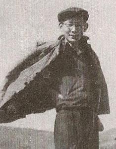 1967年秋天,遇罗克在北戴河。哥哥甩开了跟踪半年的公安侦探,因休短期病假,自费去北戴河看海。