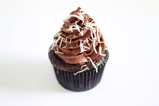 Cupcake tipo prestígio de chocolate com coco