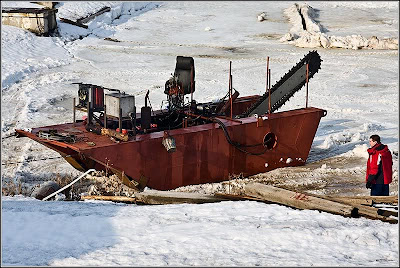 Motosierras gigantes para cortar el hielo en Arkhangelsk Rusia Saws to cut the ice giants in Arkhangelsk Russia
