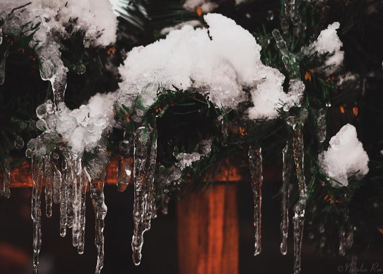 сосульки на елочной гирлянде