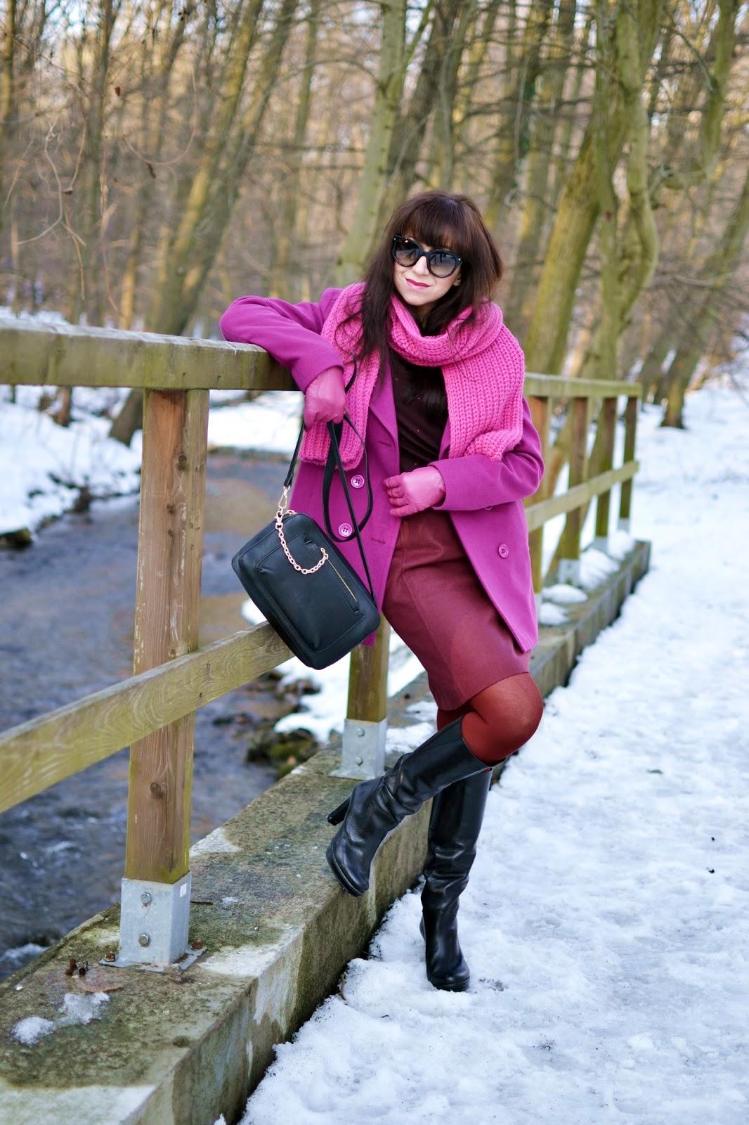 ÚSPEŠNÝ DEŇ_Katharine-fashion is beautiful_Ružové kožené rukavice_Bordové pančuchy_Bodkovaný top_Katarína Jakubčová_Fashion blogger