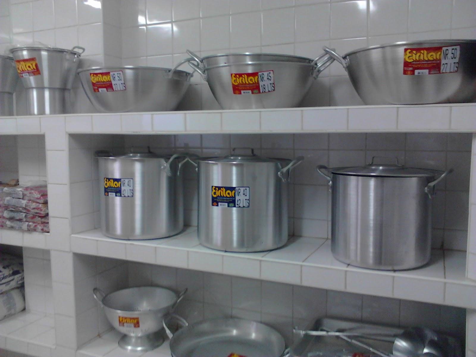Modelo recebe equipamento de cozinha da Secretaria de Educação #8A6928 1600 1200