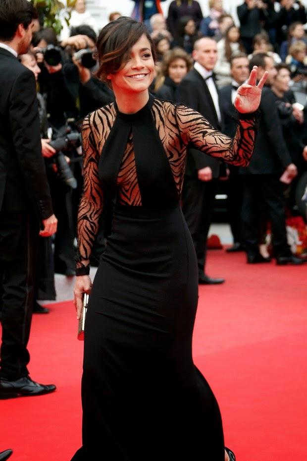Alice Braga usa modelito com decote ousado de parar o trânsito