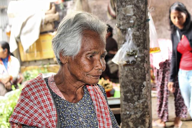 Vieille dame à la recherche de quelques dollars