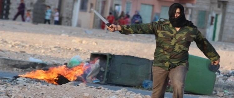 miembro del Polisario con arma blanca encapuchado en manifestacion de El Aaiun