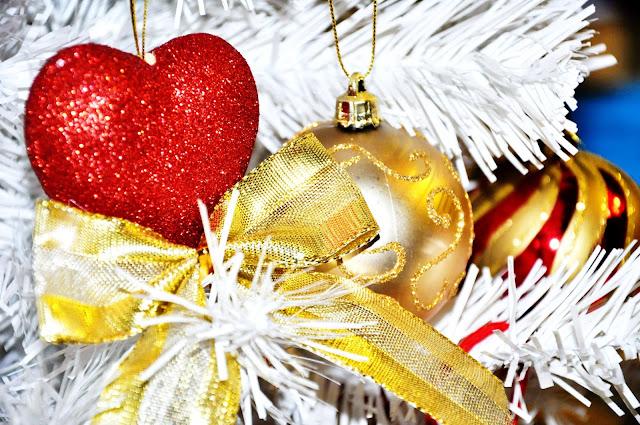 белая елка в красно-золотых тонах