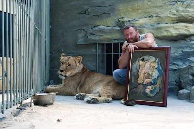 Фото Укринформ: художник с картиной и львица