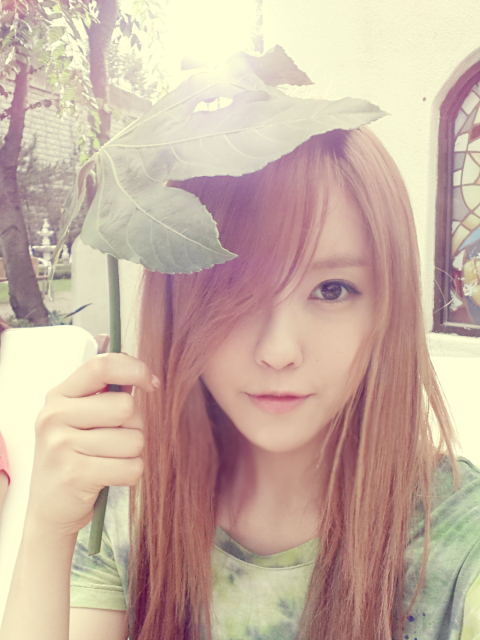 T-ara Hyomin poses cutely with her improvised umbrella ~ T-ara ...