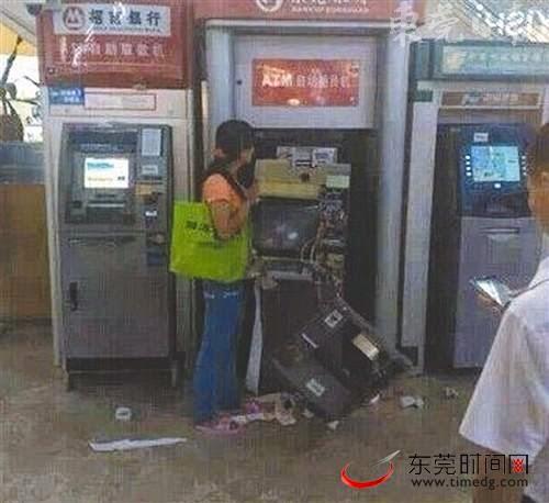 Wanita ini Hancurkan ATM Kerana Berang Kad Ditelan