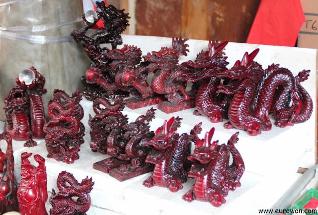 Dragones de madera a la venta en Tai O