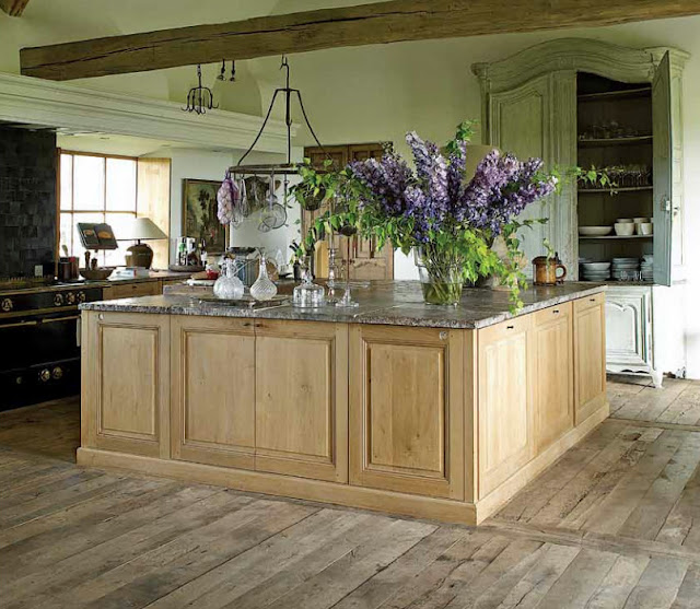 Grand kitchen island via Garnier (be), home of Brigitte and Alain Garnier, image from Vivre Country feature as seen on linenandlavender.net