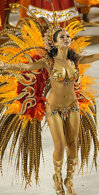 Fabia, with open arms in vibration Magic leading her battery in the Carnival from Rocinha samba school.