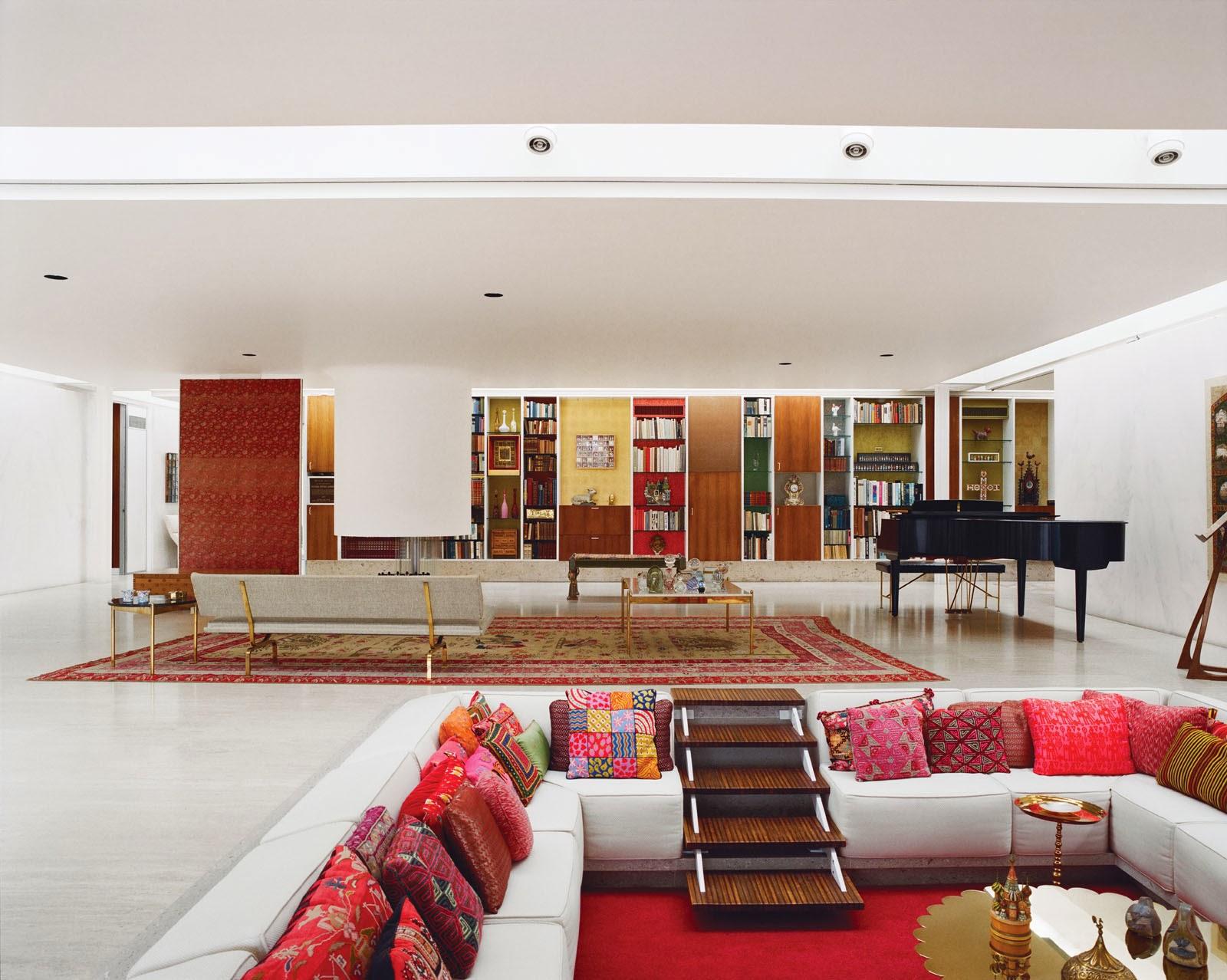 Tulip Chairs von Eero Saarinen um einen mittig beleuchteten Marmortisch - perfekt zum Essen im Miller House!