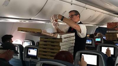 Juruterbang Delta Airlines Belanja Pizza Kepada Penumpang