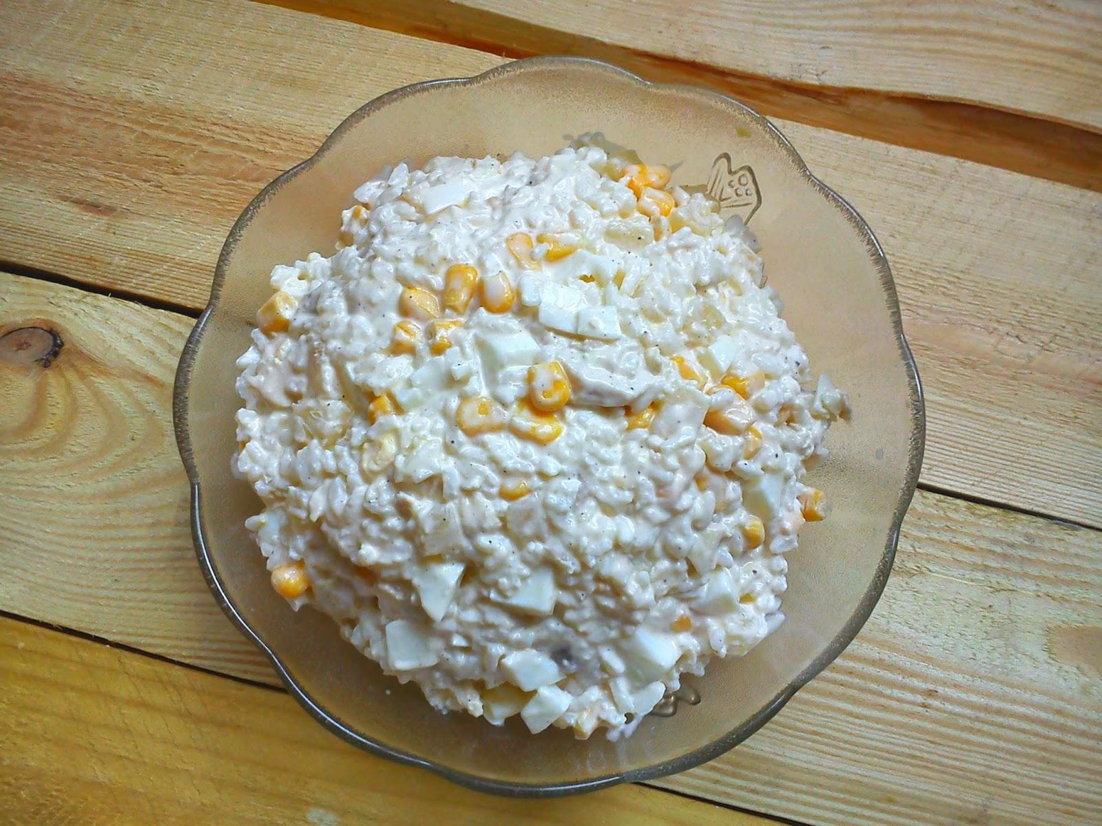 Biała słodka sałatka z kurczakiem ananasem ryżem...