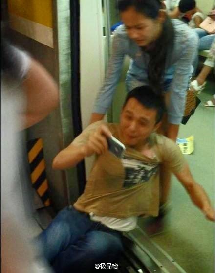 Homem é chutado para largar o smartphone