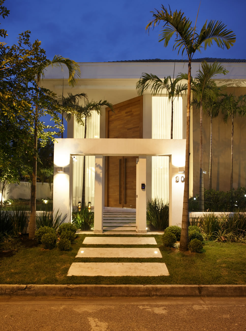Casa com p direito duplo confira detalhes da porta de for Entrada piscina