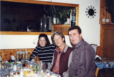 O John Hammond  μαζί  με την Μεξικάνα γυναίκα του δοκιμάζει την Ελληνική κουζίνα