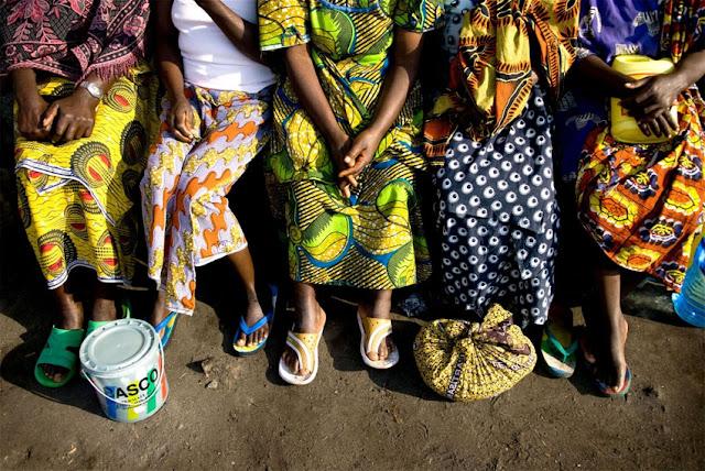 Donne keniane mentre aspettano di votare