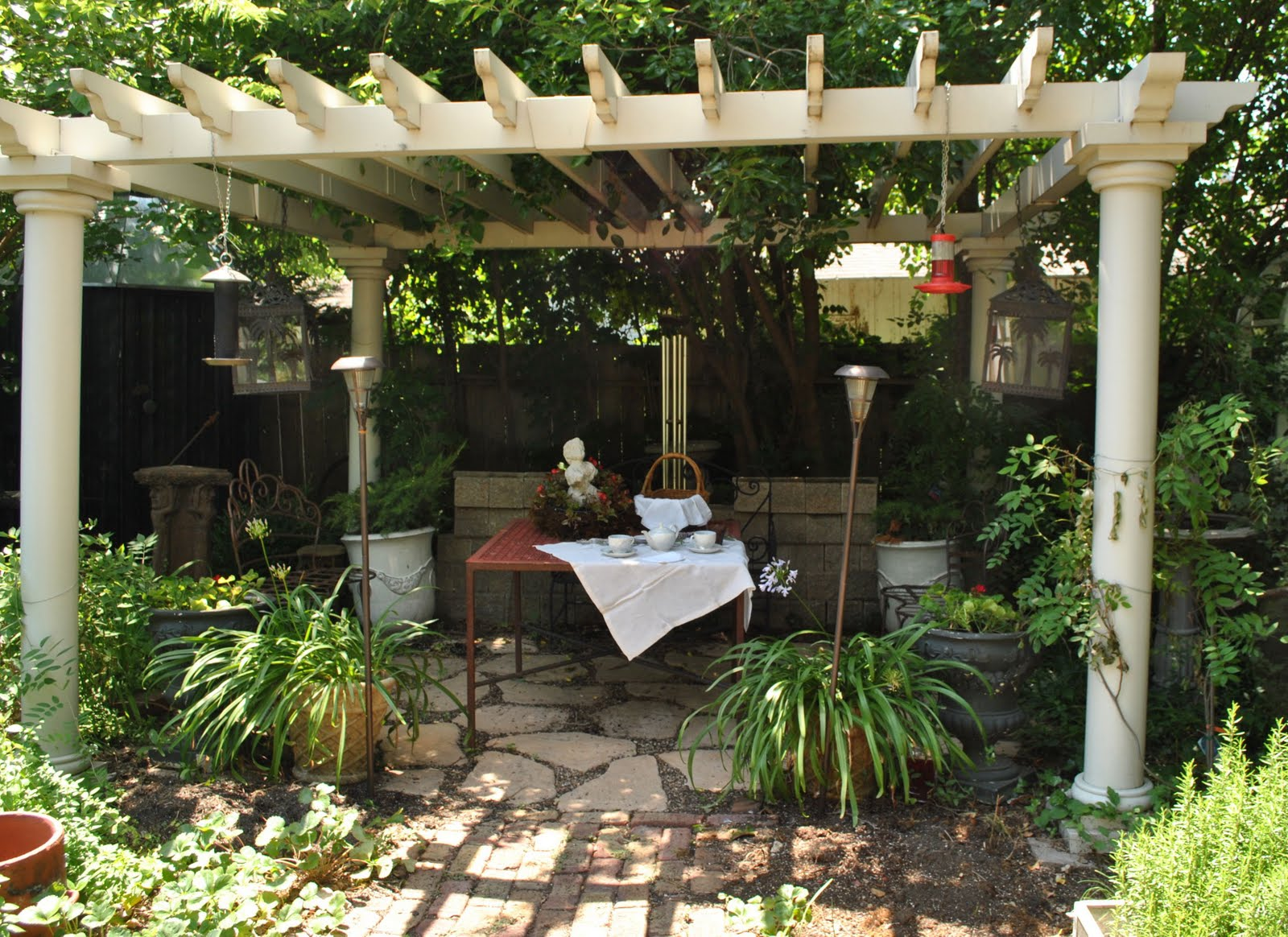 40 pergola design ideas turn your garden into a peaceful for Backyard patio landscaping