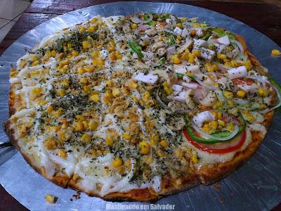Di Pietra Pizzaria: Pizzameia Frango e Milho ao Catupiry meia Vegetariana