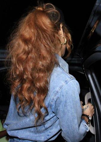 Rihanna uzun ve doağl dalgalı at kuyruğu saç modeli ile oldukça şık ve feminen görünmektedir.