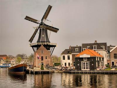 """Molino """"De Adriaan"""" junto al Río Spaarne en Haarlem"""