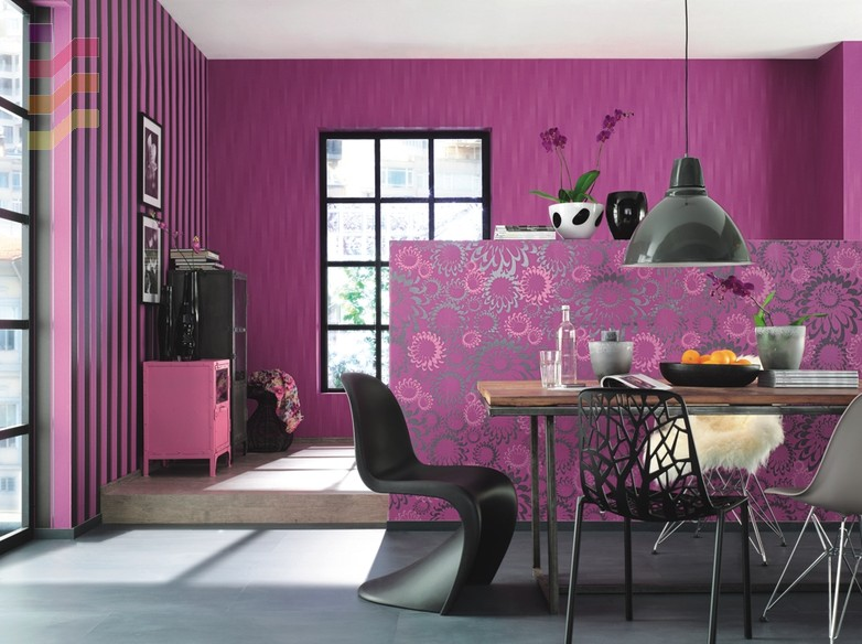 aranżacja jadalni z różowymi tapetami