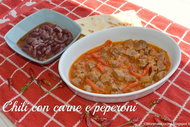 chili con carne e peperoni accompagnato da fagioli piccanti e piadina