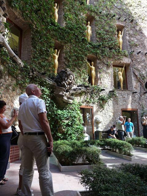 Внутренний дворик музея-театра Сальвадора Дали