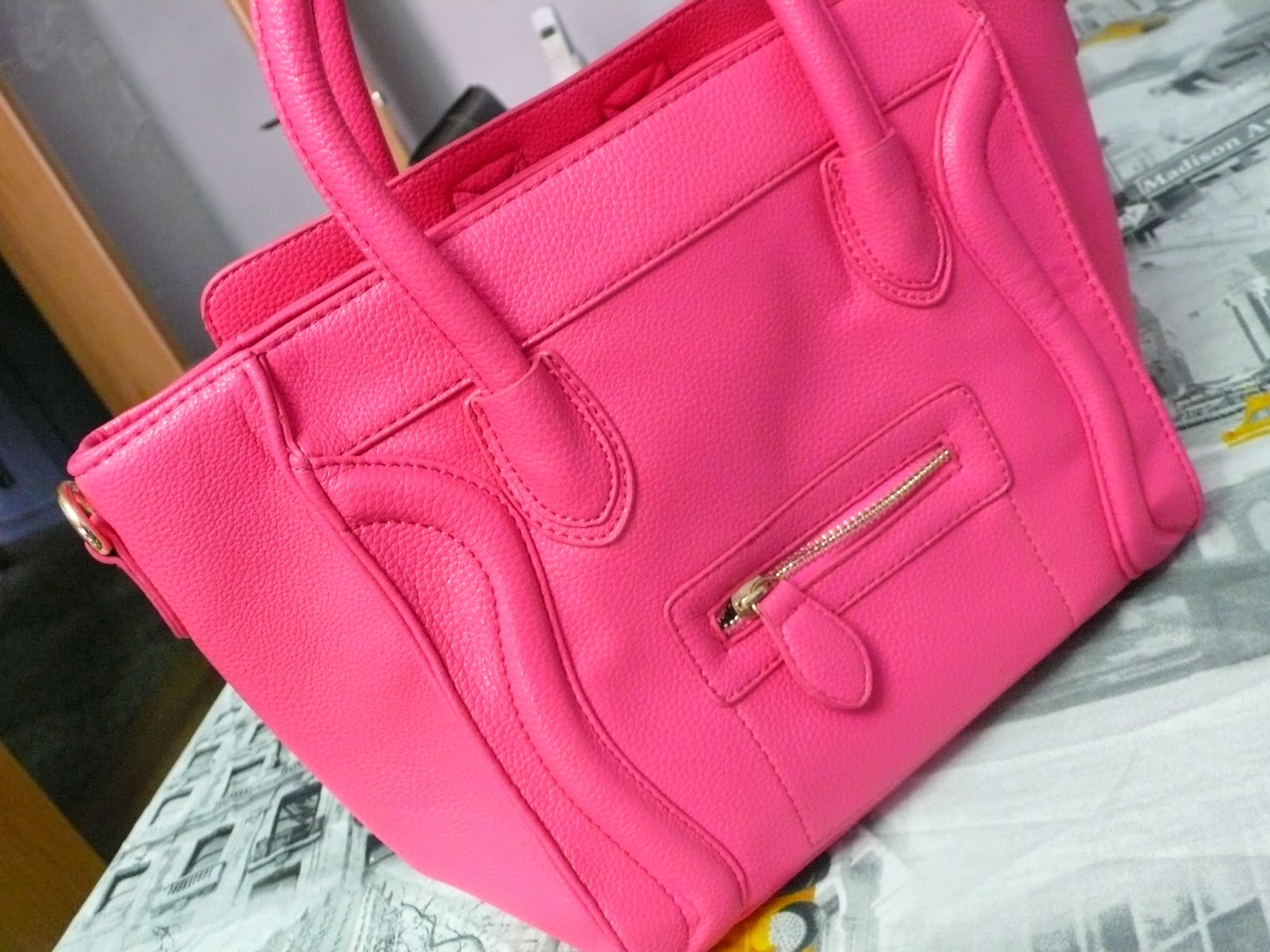 http://www.oasap.com/shoulder-bags/37224-sweet-smile-face-bag.html?fuid=98518