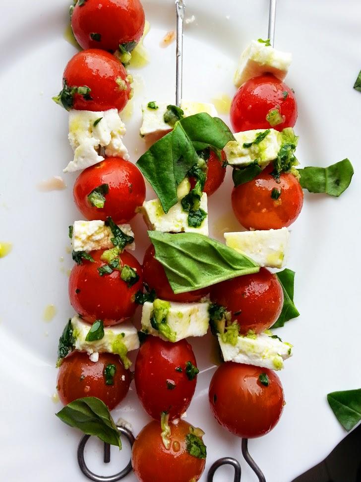 Receita light para o Verão: Espetadas de tomate cherry com queijo e pesto.