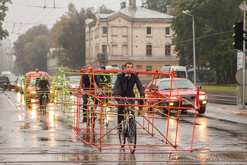 Activistas del Ciclismo construyen esqueletos de autos de bambú para demostrar cuanto espacio ocupa un auto
