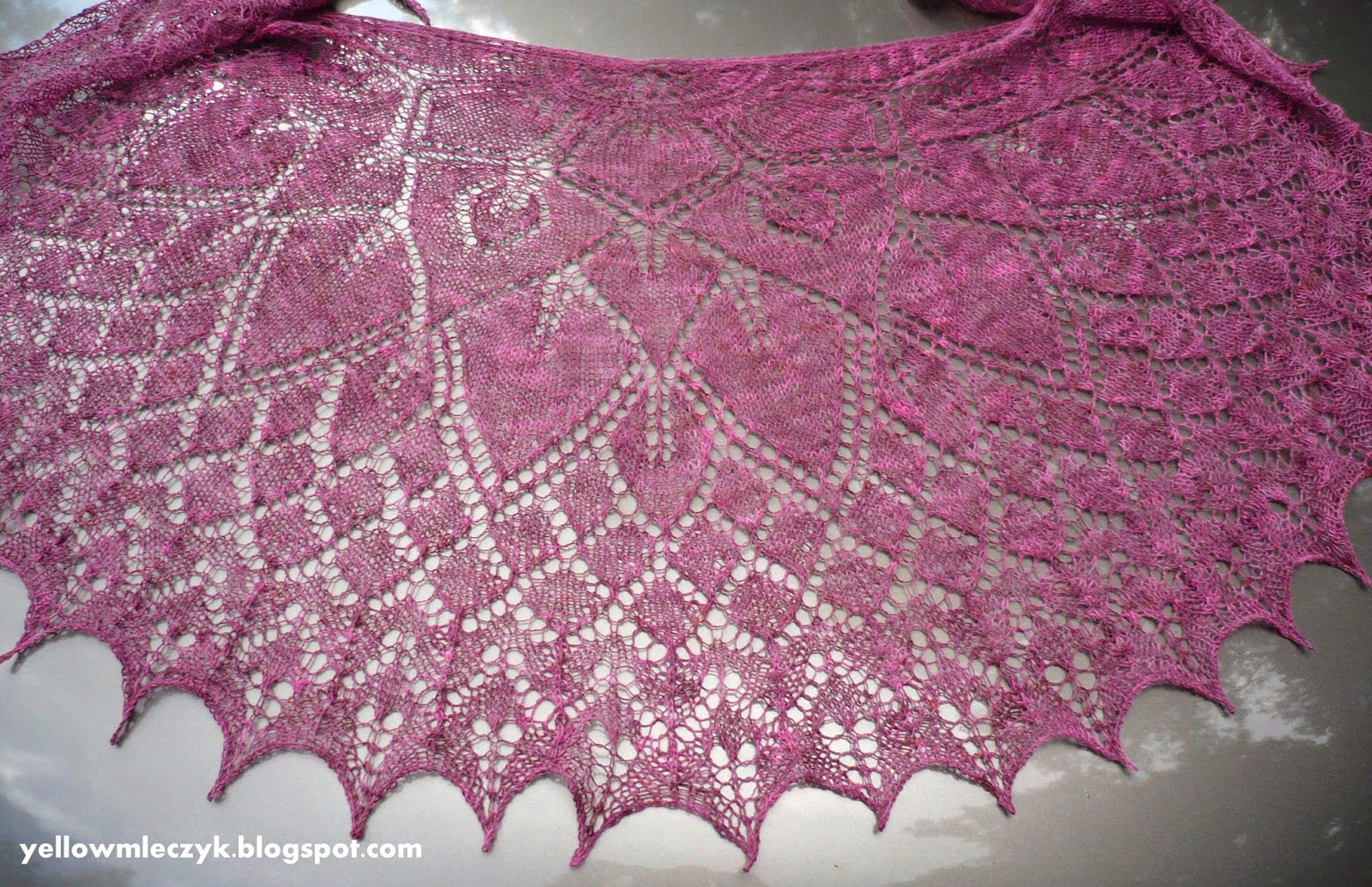 ażurowa chusta na drutach