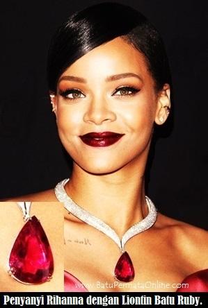 Rihanna dengan liontin Batu Ruby Burma