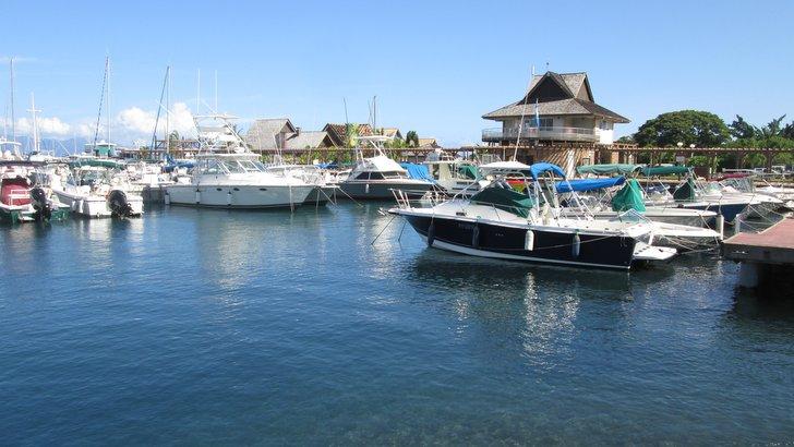 Vue vers la capitainerie et les services de la Marina Taina à Punaauia Tahiti