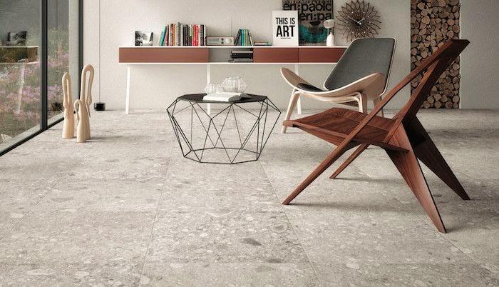 Cadeira Shell em torno da mesa de centro do ambiente