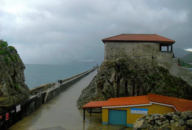 Ermita de Santa Ana y Rompeolas de Castro Urdiales