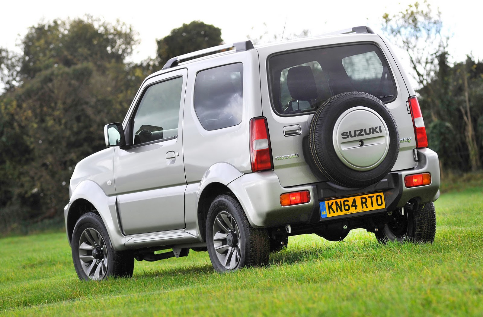2015 suzuki jimny soldiers on for another year with updates carscoops. Black Bedroom Furniture Sets. Home Design Ideas