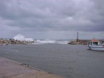 Ζημιές στο λιμάνι του Μαράθου από τη θαλασσοταραχή